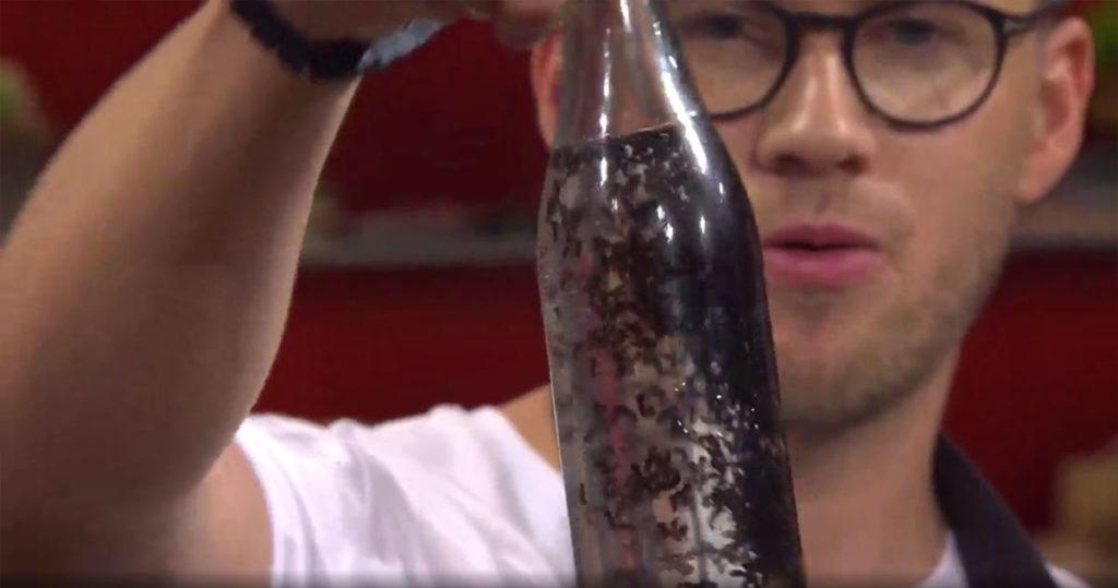 Ola Albrektsson visar upp sin myrsprit (skärmdump från Go'kväll SVT)