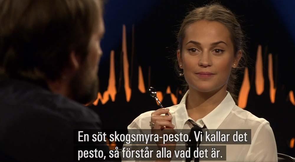 Alicia Vikander smakar och René Redzapi förklarar. (foto: dump från SVT Play)