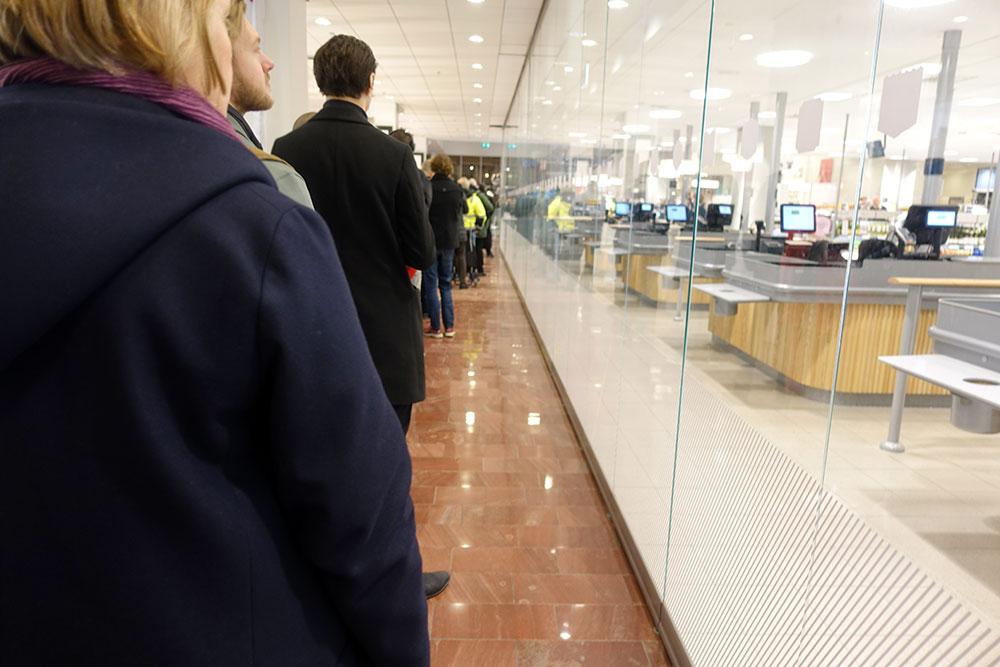 Konnässörer köar för att få tag i Systembolagets nysläpp innan de tar slut.